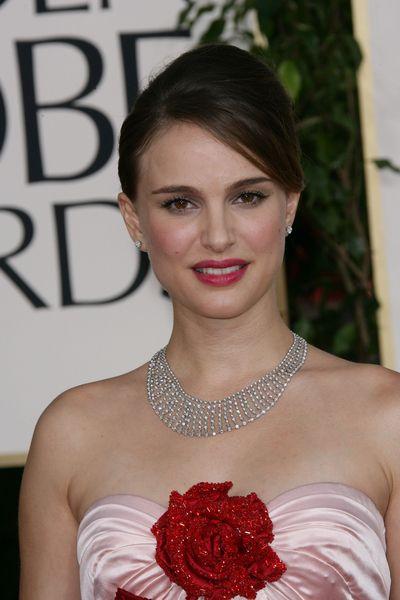He aquí algunas grandes celebrities luciendo joyas de Tiffany   Co en las  Alfombras Rojas más relevantes  Globos de Oro 5b76f16a88c