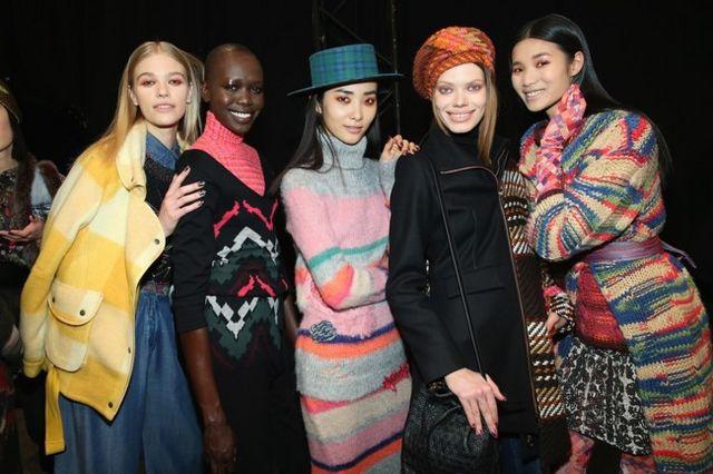 Firme De Con Paso Desigual Camina En La York Nueva Semana Moda F0UxtZ