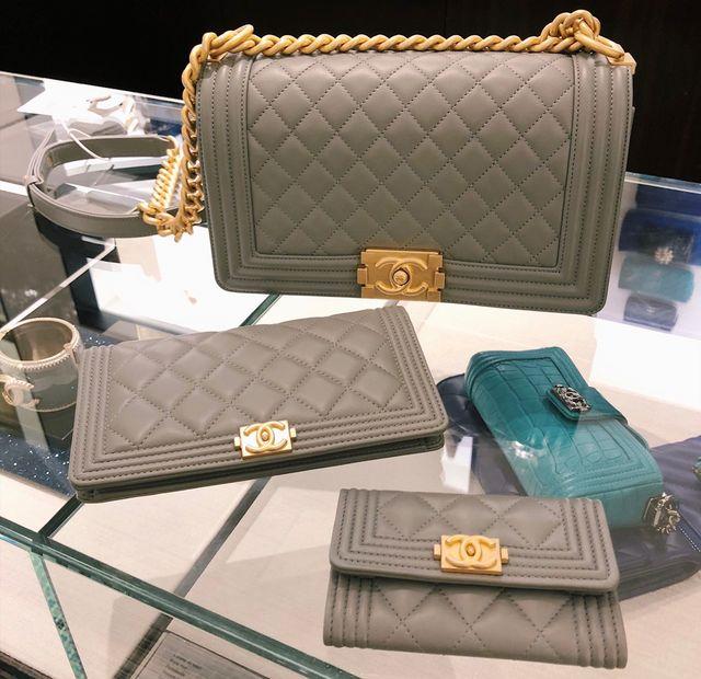 8a1d91297bd58 Size Comparisons    Saint Laurent wallet on chain + Chanel boy bag ...