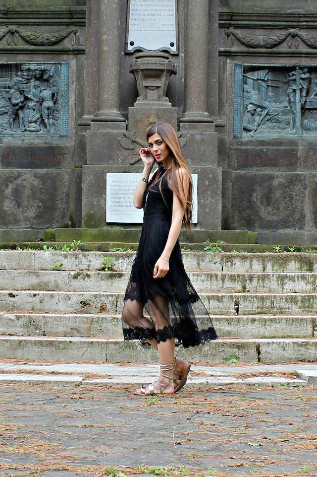 Un abito romantico ed elegante di pizzo e tulle con giochi di trasparenze.  Il pizzo nero e le trasparenze 1b916b37ed5