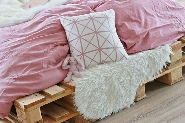 diy palettenbett selber bauen gewinnspiel fashion. Black Bedroom Furniture Sets. Home Design Ideas