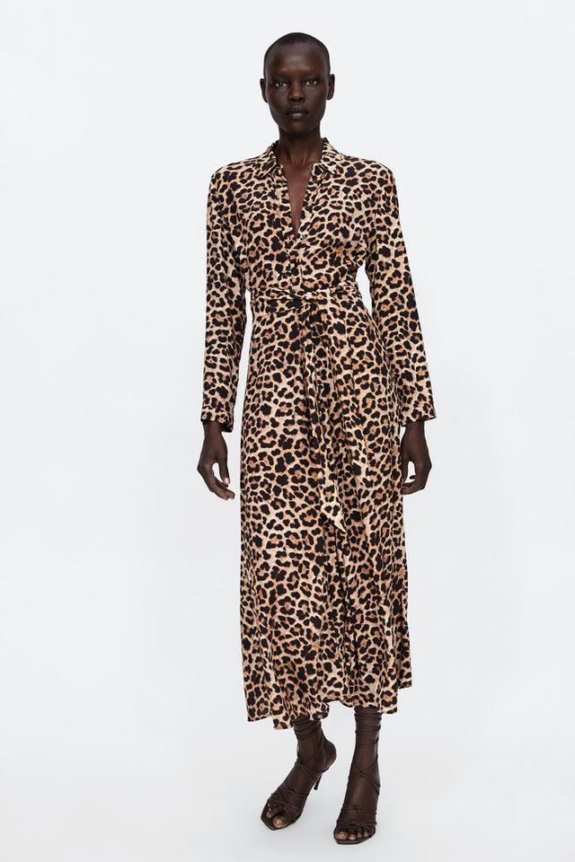 adbe2142b9 Los vestidos camiseros están de moda así que no pueden faltar en tejido de  leopardo y con combinaciones cromáticas sencillas. Un modelo de Zara cuyo  precio ...