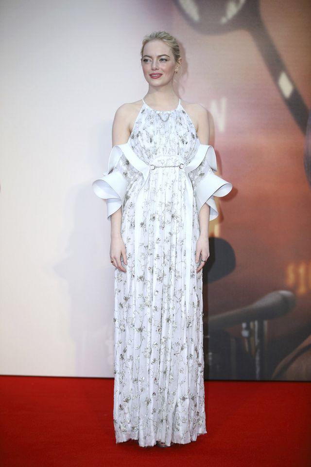 979cd29b211 ... vestido que no estamos muy acostumbrados a ver sobre la alfombra roja  de la mano de Vuitton