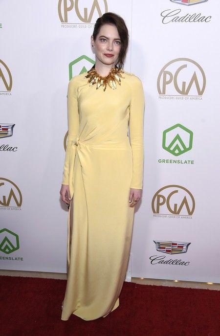 El amarillo huevo del vestido de Louis Vuitton no resulta nada favorecedor.  El recogido messy y el maxicollar dorado no ... f260787c6b65
