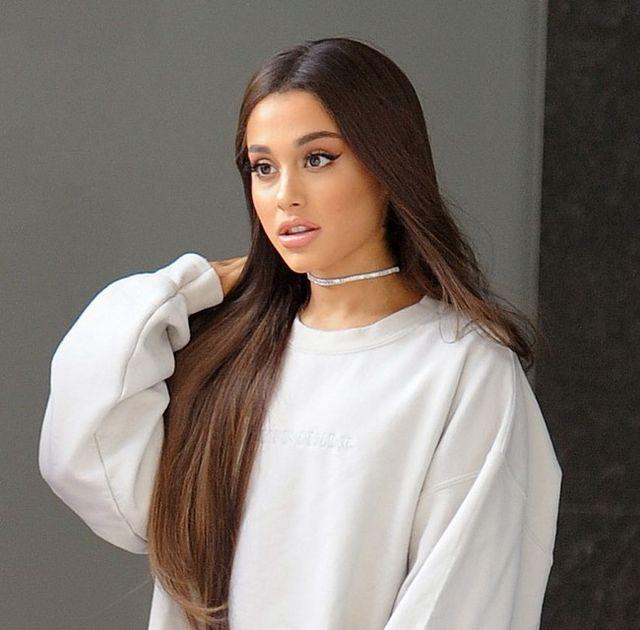 Ariana Grande se ha consagrado como la reina de las botas mosqueteras. Da  igual que sea verano c303faec889b