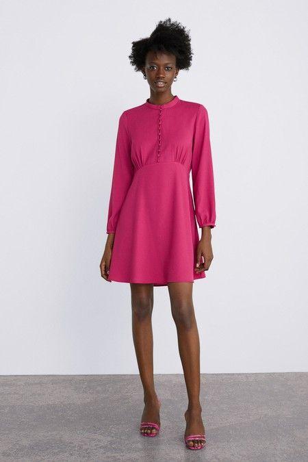 1dd61b4fc3 Este vestido satinado fucsia de Zara es muy acertado para una boda de  mañana.