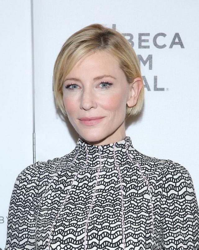 Cate Estilístico Valentino Blanchett La Un De Tropiezo Mano Tiene EIH9W2YD