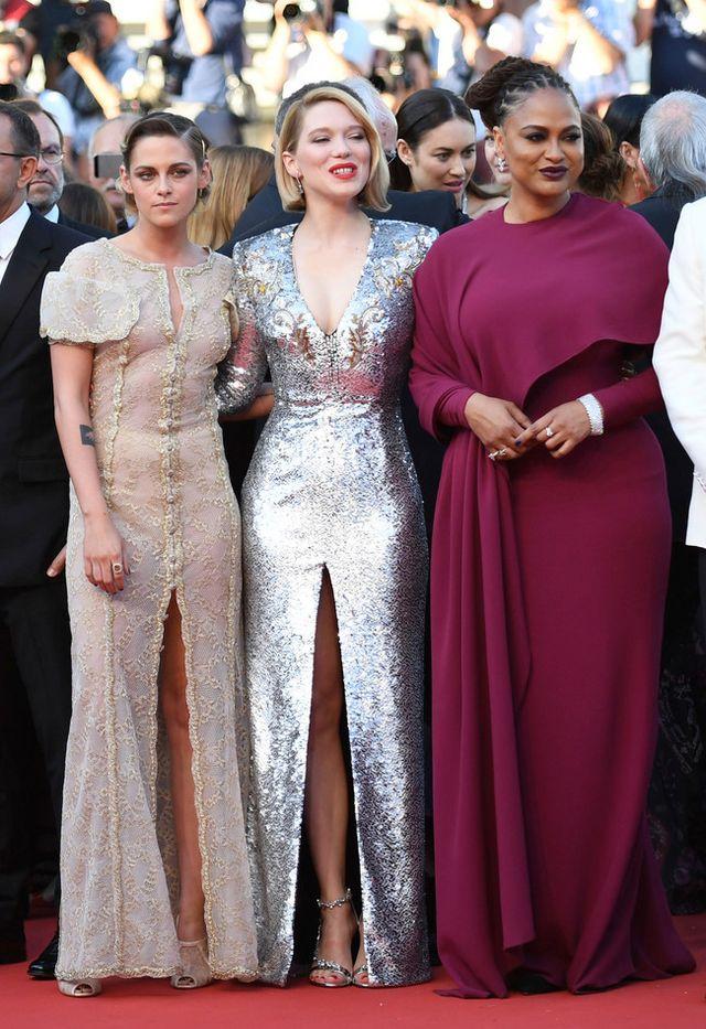 4ec0c986484d Ideal ha sido la elección de Kristen Stewart. Un vestido túnica vintage en  color crema bordado con hilos dorados firmado por Chanel