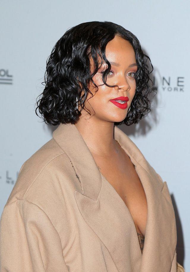 44bc0230bd5 Ningún look de Rihanna pasa desapercibido. Ni los de las red carpets ni los  de las fiestas a las que es invitada. Para la edición 69 de los premios  Annual ...