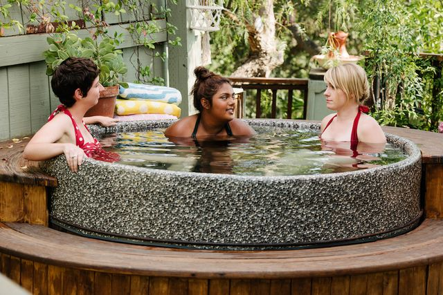 busy-philipps-hot-tub-scene-anne-paurillaud-nude-naked