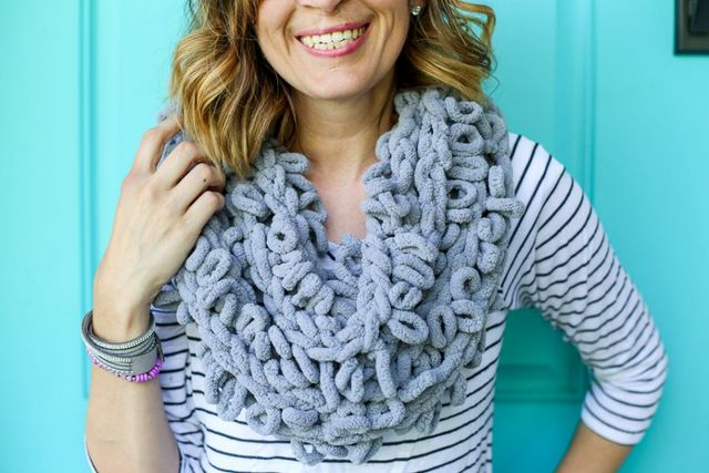 Finger Looping Chunky Infinity Scarf | Sugar Bee Crafts